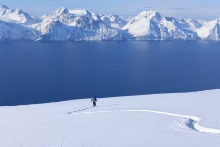 SKIPARADIS: I Kjervøy, Nordreisa og Kvænangen finnes det flotte fjell som forhåpentligvis skal trekke skifolk nordover. Foto: Georg Sichelschmidt