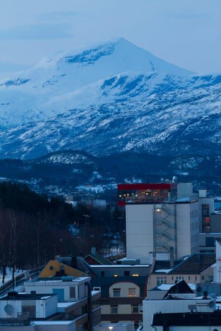 Fra 16. etasje på Rica Hotel Narvik kan du se etter kjente på Quality Grand Hotel.