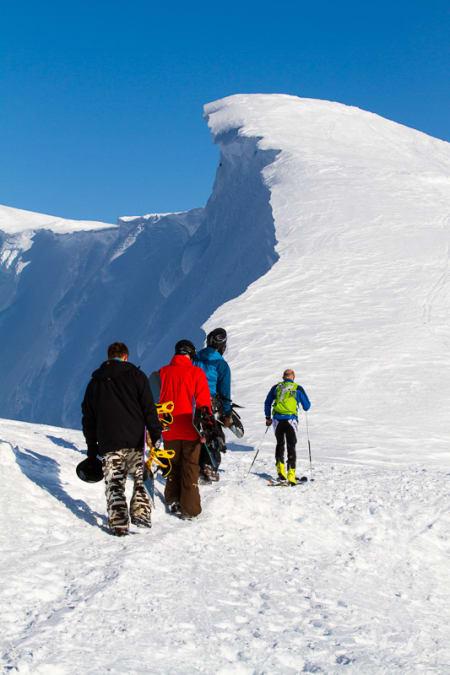 Finske snowboardere med brettet på snei eller locals i kondomdrakt. Opp kommer de.