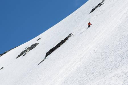 HERLIG SKITERRENG: Hans Petter Hval koser seg på perfekt sommersnø i det bratte toppartiet på landets tøffets, heisbaserte sommer-skitur. Foto: Tore Meirik