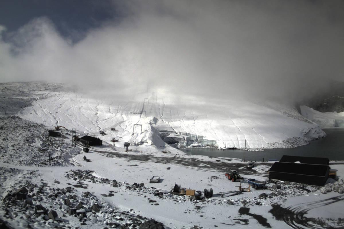 KLART TIL Å GJENÅPNES: 20. september åpner Galdhøpiggen Sommerskisenter igjen. Slik ser skianlegget ut 3. september. Foto: Galdhøpiggen Sommerskisenter