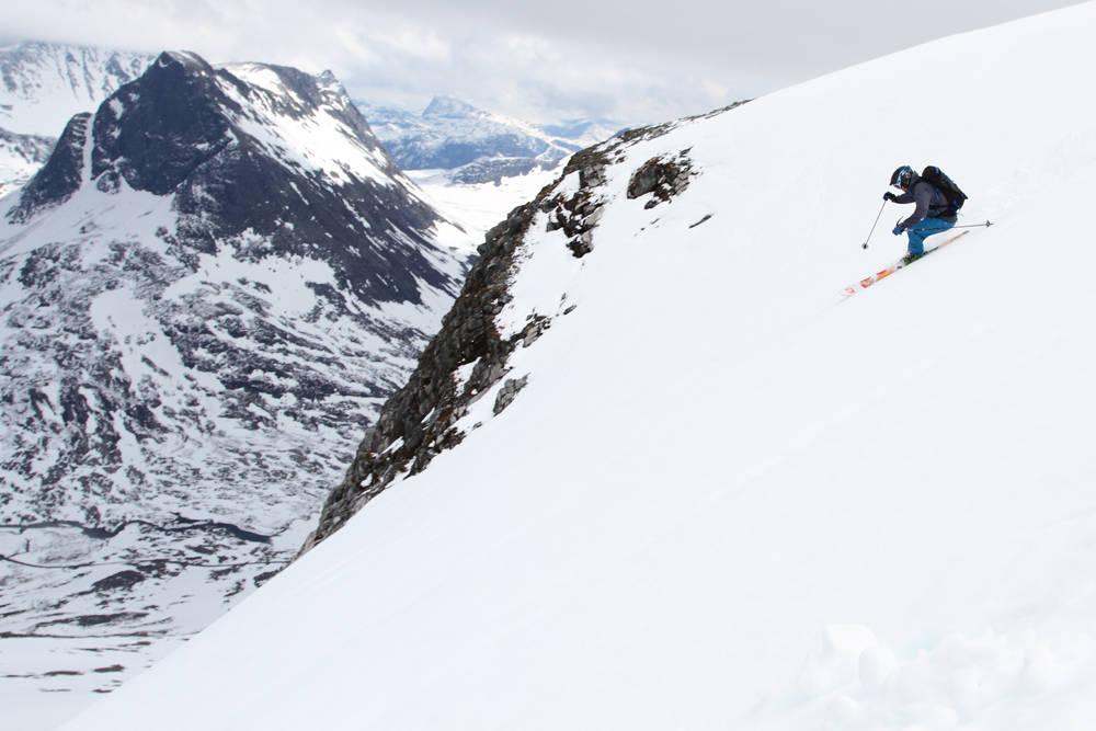 I FARTA: Trond Stokke må peke skiene for å få opp farten på det litt trege føret på vei ned fra Alnestind. Foto: Tore Meirik