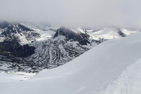 FERDIG MED FØRSTE ETAPPE: Gutta (nede til venstre) venter i bunn av det første henget under toppen på Alnestind.