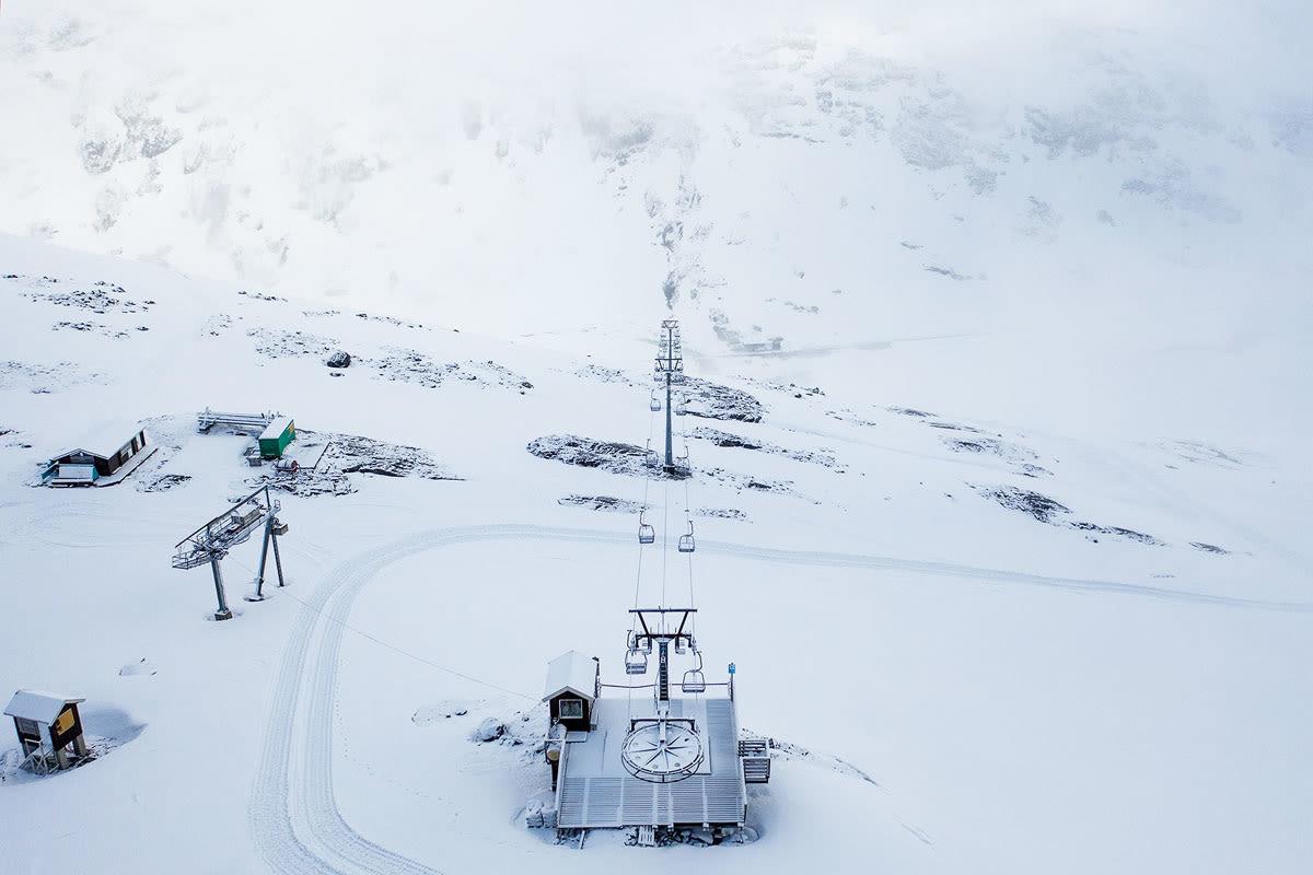 ÅPNER ONSDAG: Slik ser det ut på toppen av stolheisen på Stryn sommerskisenter nå. Onsdag starter sesongen på Tystigbreen! Foto: Emil Eriksson