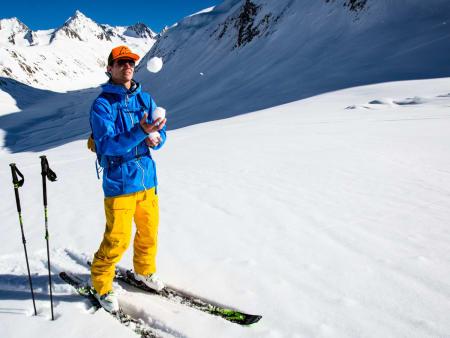 SNØJEGER, SJONGLØR OG PROGRAMLEDER: Snø er et vanskelig tema, og det er mye å holde styr på for en frikjører som skal ha det både trygt og gøy på best mulig snø hver eneste gang han eller hun er i fjellet. Programleder Asbjørn Eggebø Næss er ikke bare dyktig til å sjonglere, han har en godt utviklet sans for denslags. Foto: Christian Nerdrum