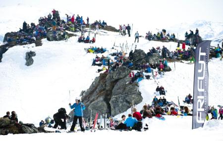 DRØMMEÅR: Dennis Risvoll vant RFC, tok andreplassen i Lofoten Freeride og stakk av med norgescupen sammenlagt i fjor. Nå får han sjansen mot de aller vasseste. Foto: Sverre Hjørnevik.