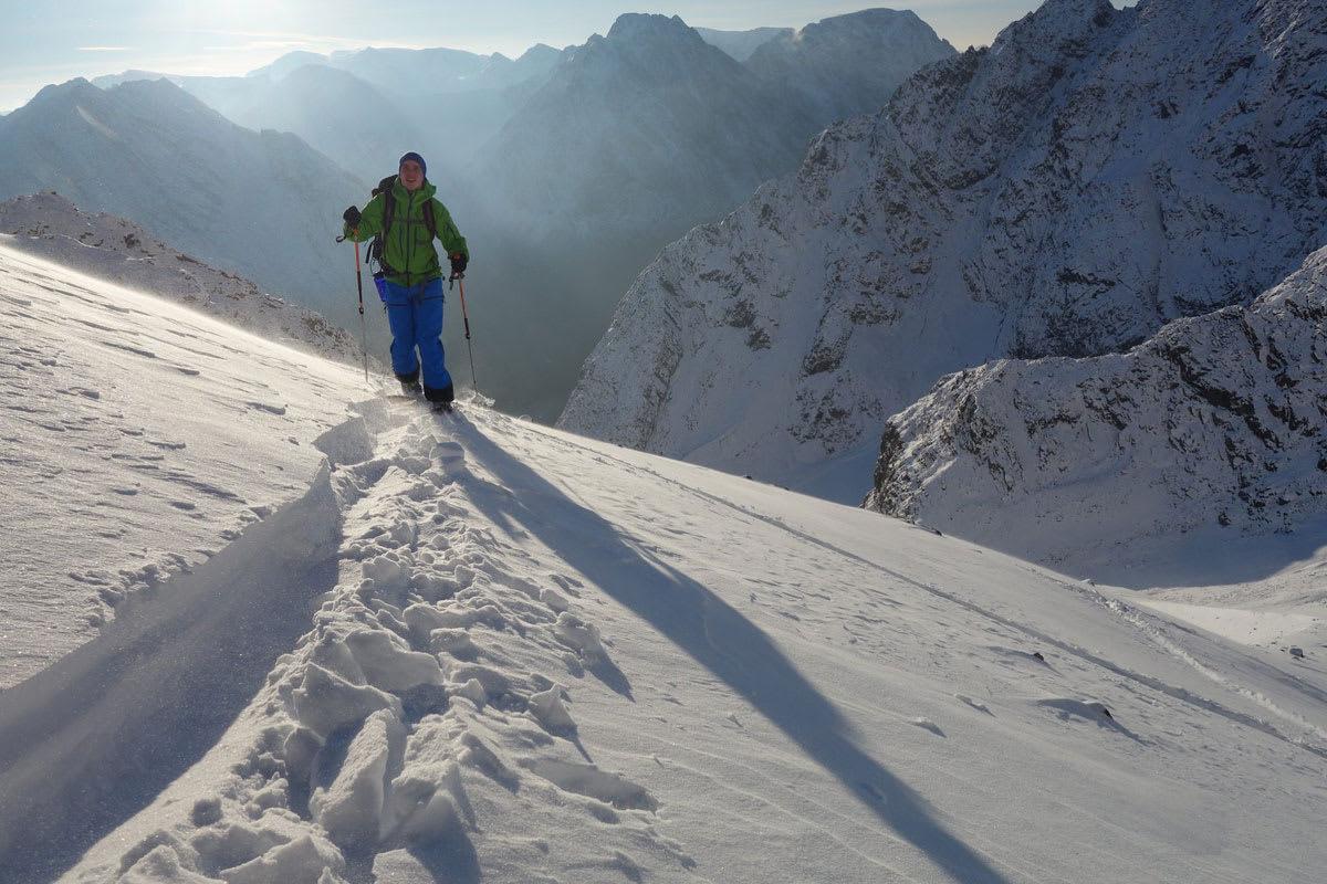 SESONGSTART: Nydelige omgivelser og 30 centimeter pudder på det meste.  Med isbre eller gammelsnø som såle sørga Kjostind for ypperlige skiforhold i helga. Foto: Ove Petter Sørheim
