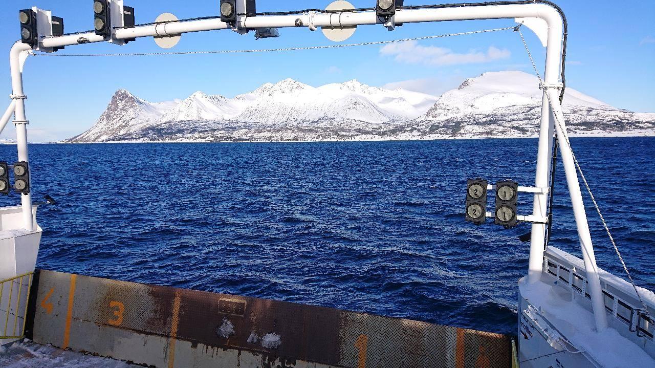 GRYTØYA: Her er Grytøya sett fra ferga til Harstad. Skredet skal ha gått nærme fergeleiet. Bilde: Erlend Sande
