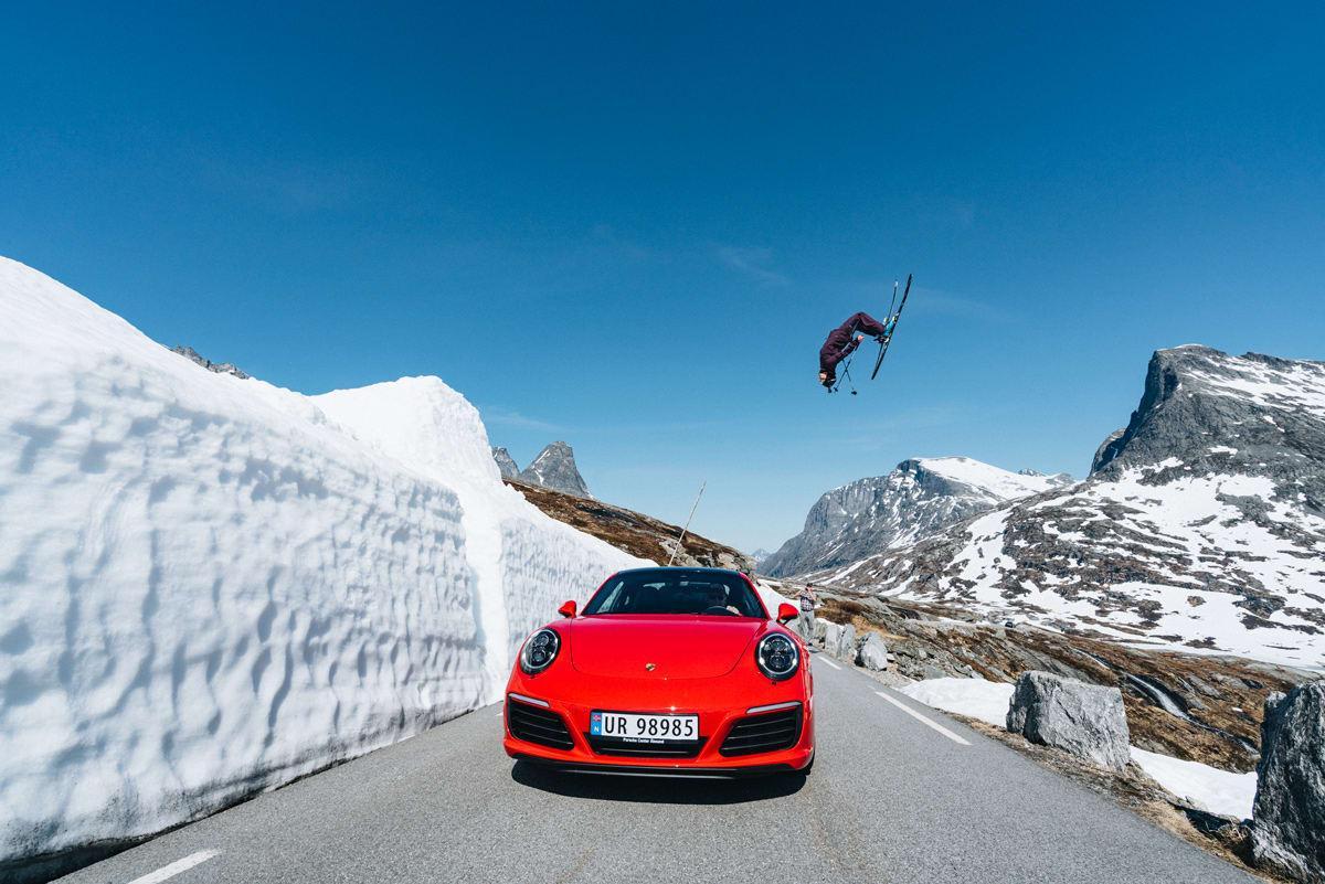 SOMMERSKISENTERET I ROMSDAL: Robert Aaring er ikke fremmed for å sende svære backflips høyt til fjells. Men fra helga kan han (og en eventuell ambulanse) kjøre helt fram til denne spoten. På Trollstigen altså. Foto: Emrik Jansson