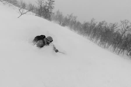 DYPT: En meget fornøyd Endre Hals kjører i pudder som er så dyp at den når over hans egen hals. Bildet ble tatt torsdag første desember. Foto: Tore Meirik