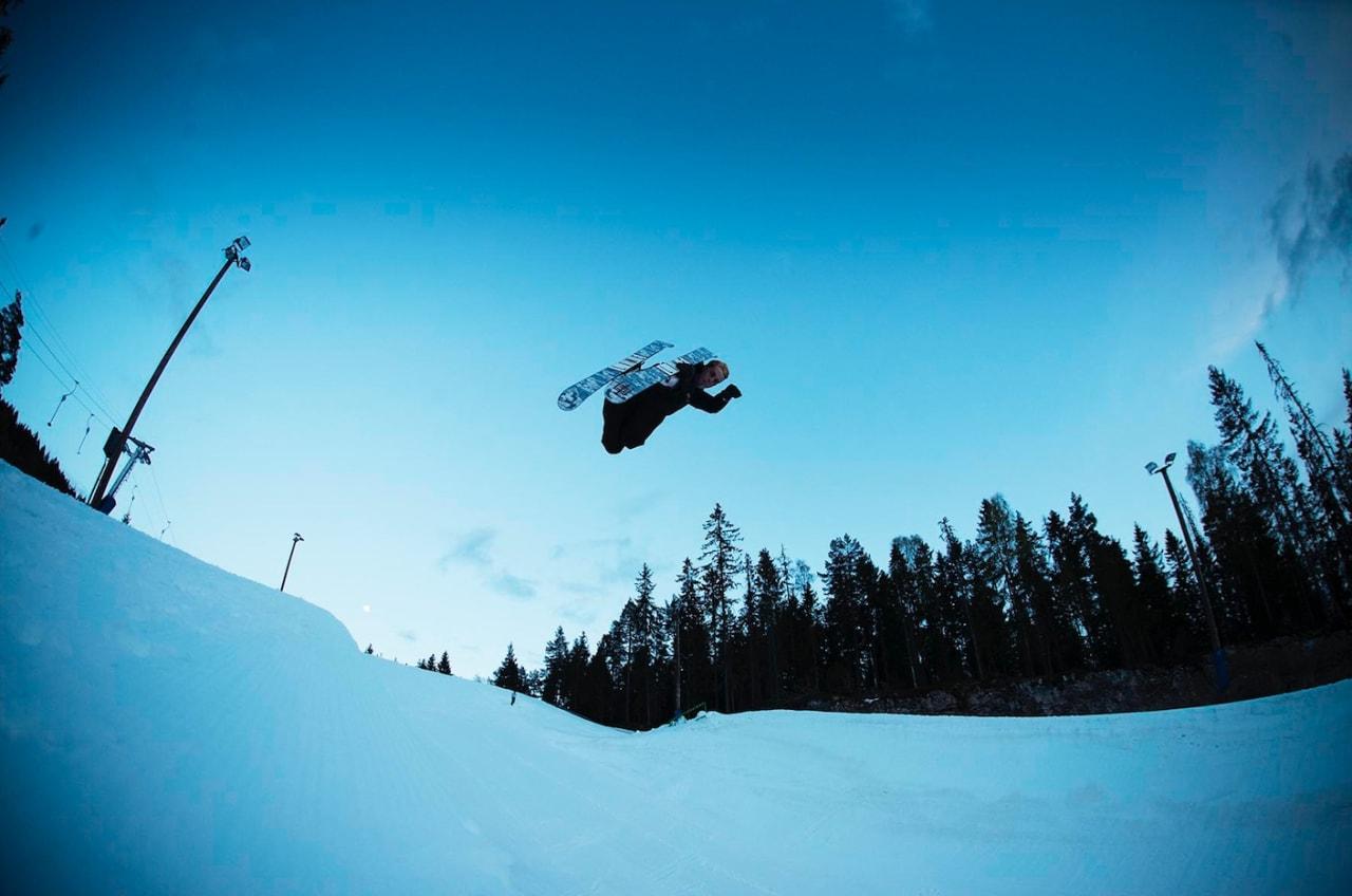 KOM MAI: Chris Helberg lufter skia i superpipen i Wyller en maikveld i fjor. Bilde: Kristoffer Kippernes