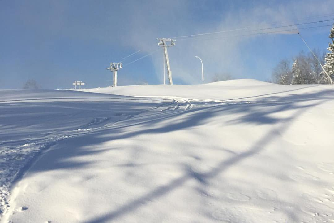 PRODUSERER: Her produserer det snø i Tryvannskleiva. Foto: Oslo Vinterpark