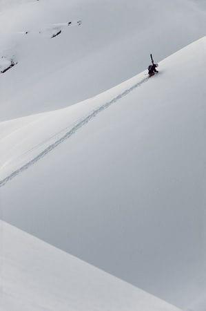 – Even måtte skuffe snø for å lage inrun, mens resten av gutta hang ut ved hoppet og poset for kameraet. Hardt å være covergutt! Foto: Vegard Breie