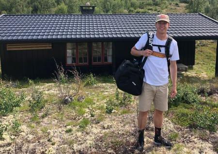 EN VANLIG MANN: Noen ganger går Øystein Bråten rundt som en vanlig fyr med ettertrakta sponsor-lue. Her er han på hyttetur med familien på Osjøen i Buskerud.