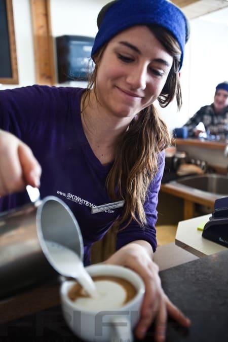 CORTADO: Ingen visste hvordan en cortado skulle lages på Fresh Tracks, men det gjør de nå. Dessuten var det godt å få en avveksling til den te-liknende kaffen de ellers serverer i Canada.