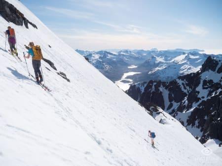 NASJONALDAG: Det er fint å være på skitur når du kan være kledd som om du drev med noe helt annet! Foto: Timme Ellingjord
