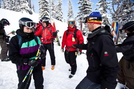 Valhalla-guide Stefan tar en peeper-sjekk og et raskt sikkerhetsskurs før vi setter igang.  Bilde: Christian Nerdrum
