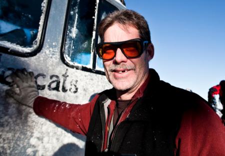 BELTEMANN: Vi vet ikke om han står å ski, men han er en jævel til å kjøre beltevogn. Bilde: Bård Gundersen