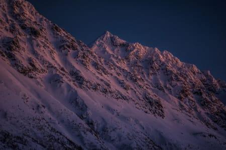 Utsikten fra stampen etter endt skidag. Lyngsalper i måneskinn  – Foto: Ptor Spricenieks
