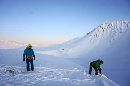 Markus sikrer Jimmy som graver ut en liten skavl – Foto: Kjetil M. Samuelsen