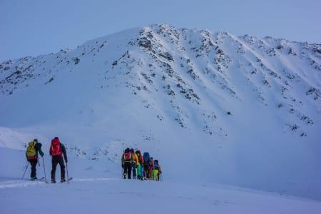 Gjengen på vei opp Bjørndalen i Sør-Lenangen – Foto: Ptor Spricenieks
