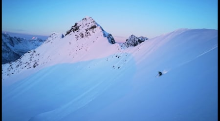 VAKKERT: Emma Wichardt og Lofoten på sitt aller fineste - takket være polare mesoskala-virvler. Foto: Signar André Nilsen