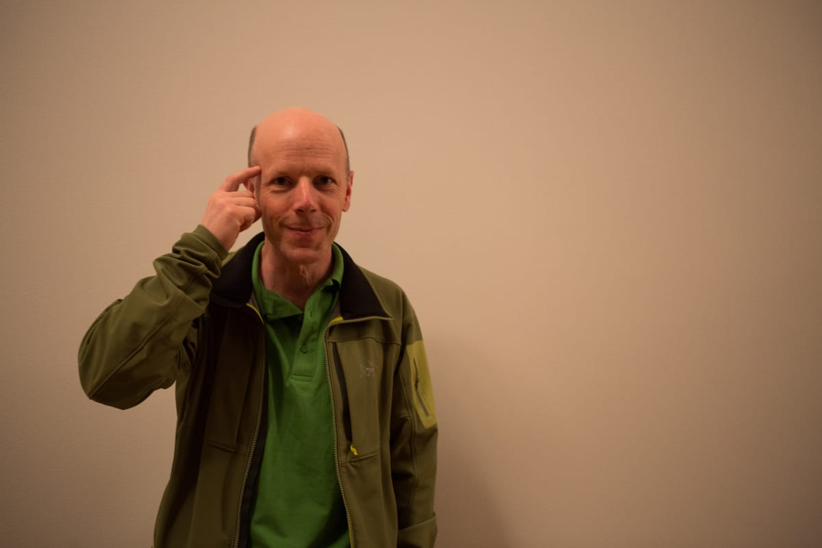 EKSPERT: Iain Stewart-Patterson er en av verdens fremste eksperter på snøskred –hvor den menneskelige faktor –som han peker på her- er avgjørende i nesten alle ulykker. Foto: Tore Meirik