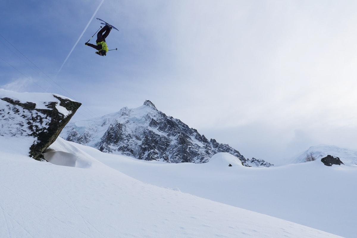 RETT PLASS TIL RETT TID: Robert Aaring sender en backflip under Aiguille du Midi i Chamonix. Se den utrolige filmen hans fra to turer i den franske skimetropolen!