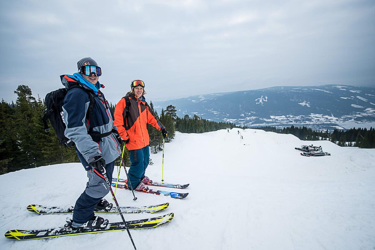 UT PÅ TUR: PK Hunder stilte opp med toppturbindinger på de breie skiene, feller i sekken og Anders Backe, da han inspiserte Megaparken på Hafjell i går. Foto: Vegard Breie