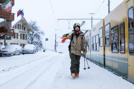 PÅ PERRONGEN: Toget er det sentrale transportmiddelet i de sveitsiske Alpene. Johan Jonsson er klar til en ny opptur. Foto: Johan Axelsson.