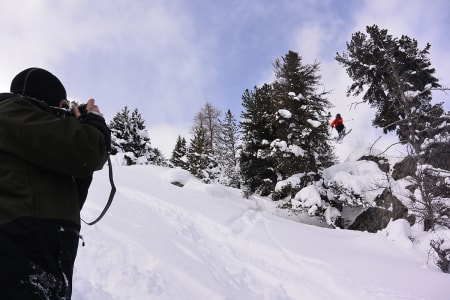 SVEITS: Asbjørn Eggebø Næss, Åsmund Thorsen (på ski) og PK Hunder er i Sveits. Foto: Asbjørn Eggebø Næss