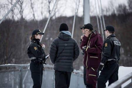 POLITIET: Anders Backe og Lasse Nyhaugen forklarer til politiet hva som foregår. Foto: Vegard Breie