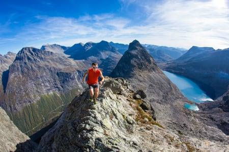 Ola Hovdenak springer i Romsdalsfjella