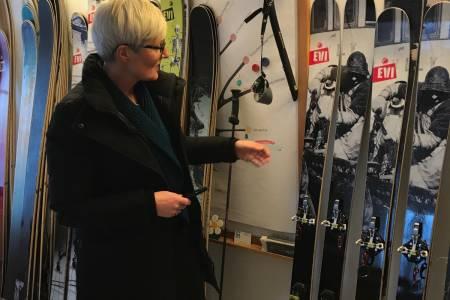 SKIGAVE: Det var disse skiene Prinsesse Ingrid Alexandra fikk i gave. Her er forøvrig ordfører i Oppdal kommune, Kirsti Johanne Welander, med skiene. Foto: Endre Hals