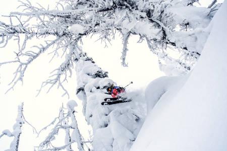 PUDDERSTUDIER: Bergljot Støer studerer snøkorn i Whitewater innimellom slagene som student i Victoria, som er hovedstaden i British Columbia. Foto: Leif Zapf-Gilje