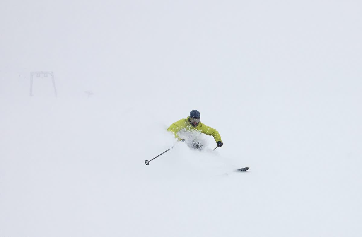 SOMMERPUDDER: Nydelig føre på Galdhøpiggen sommerskisenter nå – og ikke mye som minner om sommer. Henrik Ulleland før snø til puppene. Foto: Tore Meirik