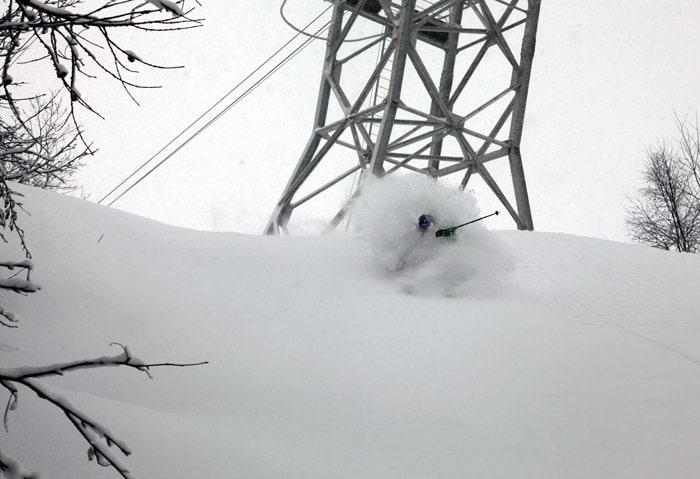 DYPT: Alexander Kristensen finner drømmepudder under den stengte heisen på Grand Montets. Foto: Eivind Holmboe