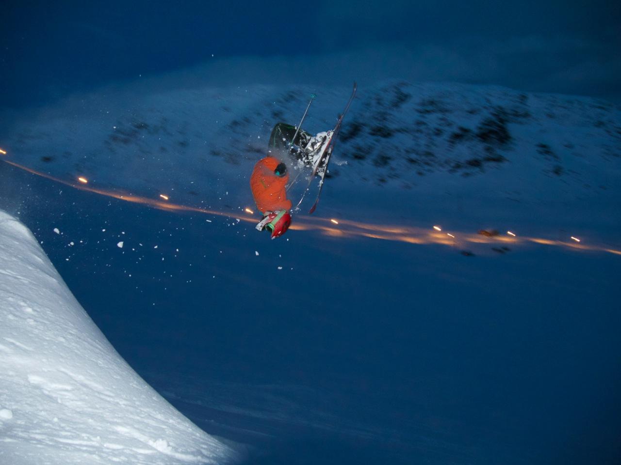 RØLDAL: Det er mer enn enn nok snø til at kidsa kan sette backflips i Røldal. Her er det 11 år gamle Ådne Kvåle som bryter seg på. Bildet ble tatt 1. januar. Foto: Pelle Gangeskar
