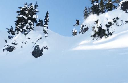HJEMME PÅ BORTEBANE: Vebjørn Enersen på vei utfor en klippe i snøhullet Alpental i Washington blir en slags blanding av hjemmebane og bortebane.