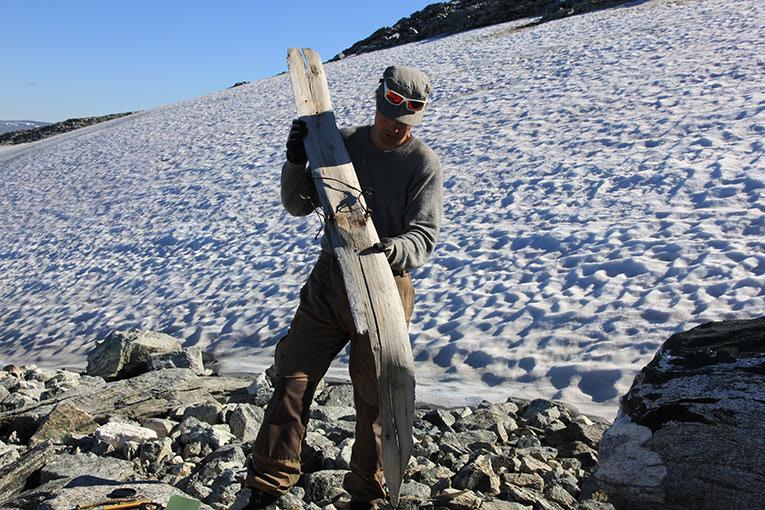 GODT BEVART: Den 1300 år gamle skia forteller oss mye, blant annet at rocker, taper, utsving og 140 millimeter på midten slett ikke er nytt i pudderski-sammenheng. Foto: Aud Hole/ Det brearkeologiske sikringsprogrammet i Oppland