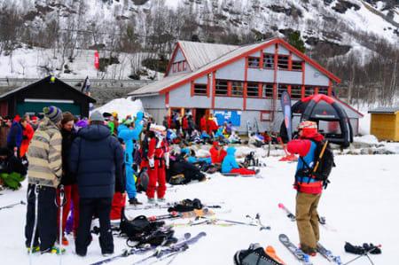 En god del tilskuere var på plass, og det kommer garantert flere fredag og lørdag. Foto: Vegard Breie