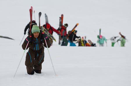 Myk snø gjør at det er vanskelig å velge fottøy på turen opp.