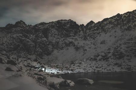 FORSESONG: Sesongens første snø i måne- og hodelyktlys