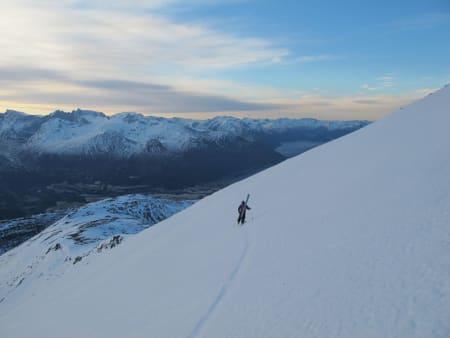 Bindingen til frikjører Sten Lundström knakk og løsnet noen meter før toppen av Kyrkjetaket. Her er han i gang med gåturen ned.