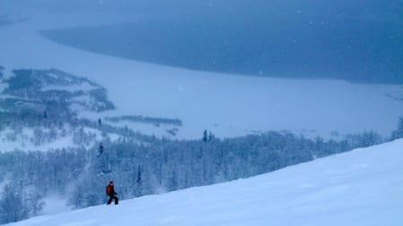 TELEMARK: Eva Camilla Brandt på toppen av en bratt nedkjøring med Totakvatnet i bakgrunnen. Foto: Erlend Sande