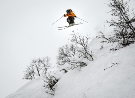AERODYNAMISK: Espen Arnesen har farten i kroppen og rekker et friskt dropp før dagens familieskitur. Foto: Magnus Tjønn