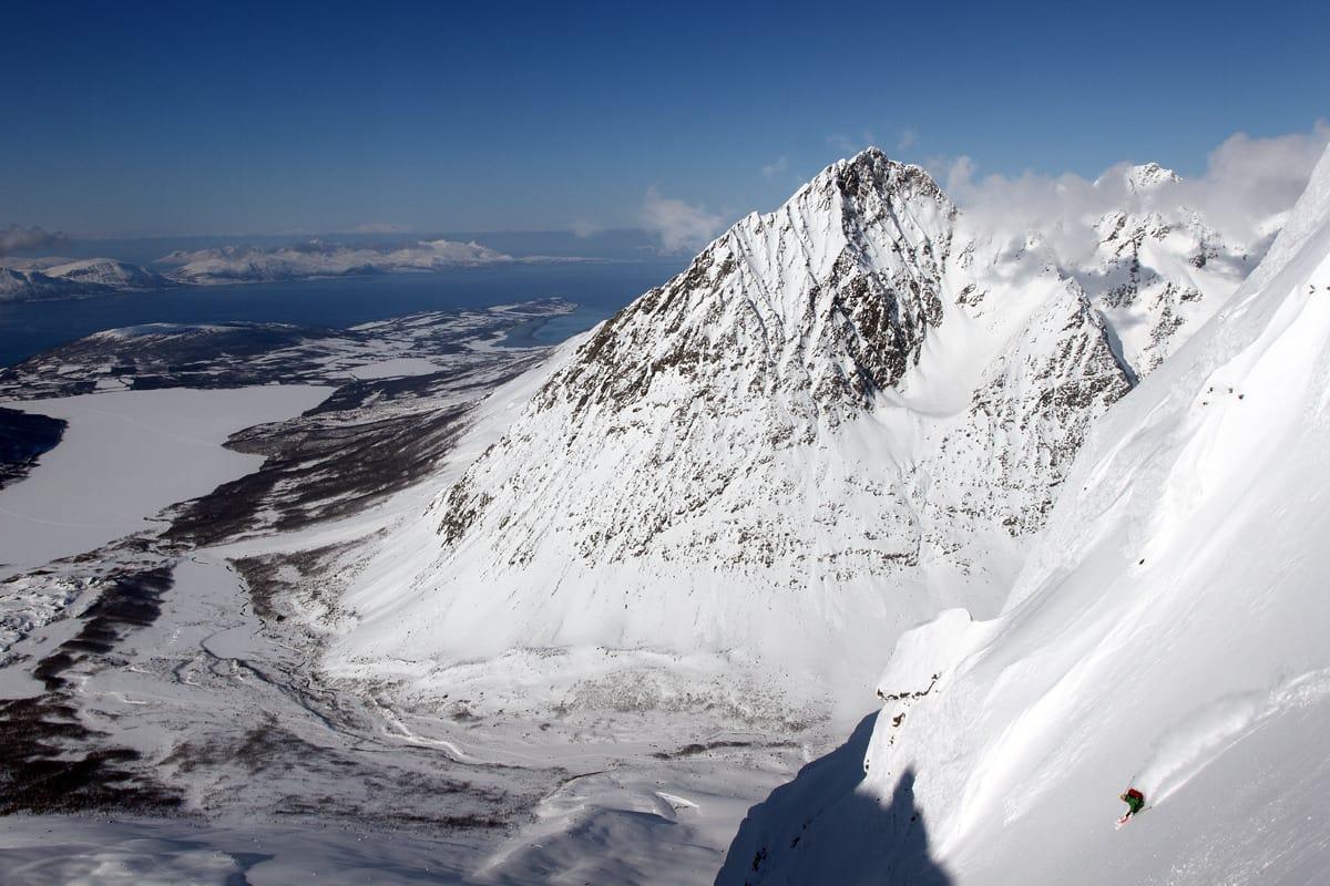 DEN PERFEKTE DAGEN: Idet dette bildet tas har Steffen Fjelldal 1100 høydemeter urørt pudder ned til fjorden. Paradis sa du? Foto: Tore Meirik