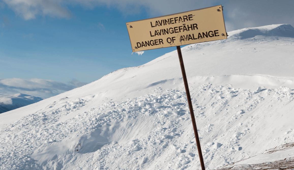 SNØSKREDFARE: Det er betydelig snøskredfare i tre regioner. Her illustrert med et snøskredfare-skilt.
