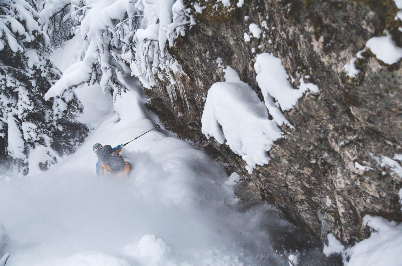 SPORLAGER: – Jeg tror det skal være noen tøffe greier her nede, sa Ole-Kristian Strøm og satte utfor denne minirennen, med overhengende stein som tilskuer. Selv om oppkjørt pudder er gøy trives Strøm også godt i den usporede snøen.