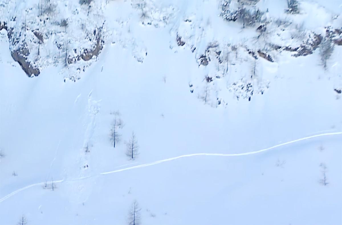 SKADET: Her ligger Dennis Risvoll i snøen etter et dramatisk kræsj i Fieberbrunn i dag. Heldigvis skal han ikke være alvorlig skadet.
